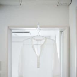 tower/タワー ランドリー室内干しハンガー 浴室の扉のかもいにも掛けられます。