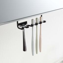 tower/タワー 吊り下げ式 洗面戸棚下 歯ブラシホルダー 使用イメージ