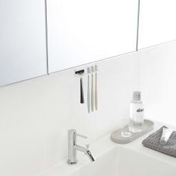 tower/タワー 吊り下げ式 洗面戸棚下 歯ブラシホルダー シェーバーも掛けられます。
