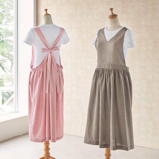 麻混ウエストギャザー ワンピースエプロン 左から(ア)ピンク、(イ)グレージュ プルオーバーなどの上に重ねて、ジャンパースカート感覚で着られるエプロン。誰が着ても可愛いデザインは、スマホも入る大きめポケット付きで、ちょっとお出かけもOK。 ※Tシャツは付属しません。