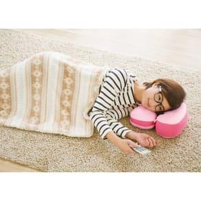 首を支えてごろ寝も快適! ホッとひと休みTVクッション 写真