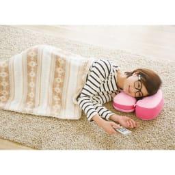 首を支えてごろ寝も快適! ホッとひと休みTVクッション 寝姿勢でのスマホや読書にも。