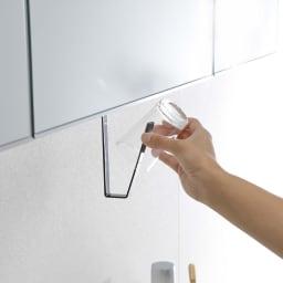 tower/タワー 洗面戸棚下 タンブラーホルダー 洗面所の吊り戸棚に浮かせて取り付けられるタンブラーホルダー。