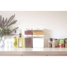 マーナ保存容器ワイドショート 組み合わせ例。トールサイズとショートサイズはそれぞれのワイドタイプと高さが同じなので、並べて収納してもすっきり!