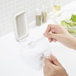 マーナ調味料ポット同色2個組 片手で開くので調理作業に便利。