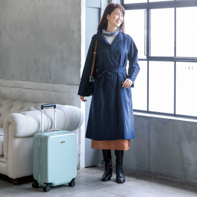 蓄熱防風トラベルコート [コーディネート例] ※キャリーケースは商品番号:7151-71 (WEB限定)で販売しております。