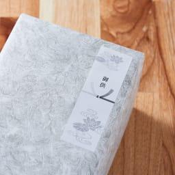 司薫 進物二種香 塗箱入り 【無料のしシールサービス梱包例(御供)】外装箱を包装紙で包み、のしシールを貼ります<br/>この商品はご希望によって無料のしシールサービスをお受けします。『御供』は喪中見舞いやお彼岸・お盆の御供えの品等でお使いいただきます。<br/>