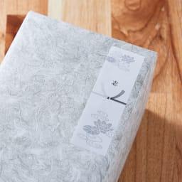 司薫 進物二種香 塗箱入り 【無料のしシールサービス梱包例(志)】外装箱を包装紙で包み、のしシールを貼ります<br/>この商品はご希望によって無料のしシールサービスをお受けします。『志』はお香典返し等でお使いいただきます。<br/>