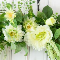 グリーンフラワーのスワッグ 白とグリーンの花々をアレンジしています