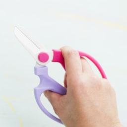 假屋崎省吾 花鋏&指装着カッター 指を掛けるところがあるので、力が入りやすく切れやすいです。