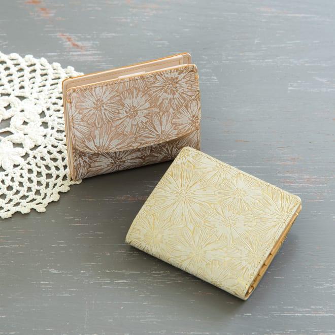 デイジー牛革フラワー型押しエナメル加工 二つ折り財布 左上:(ア)ピンク系 / 右下:(イ)ゴールド系
