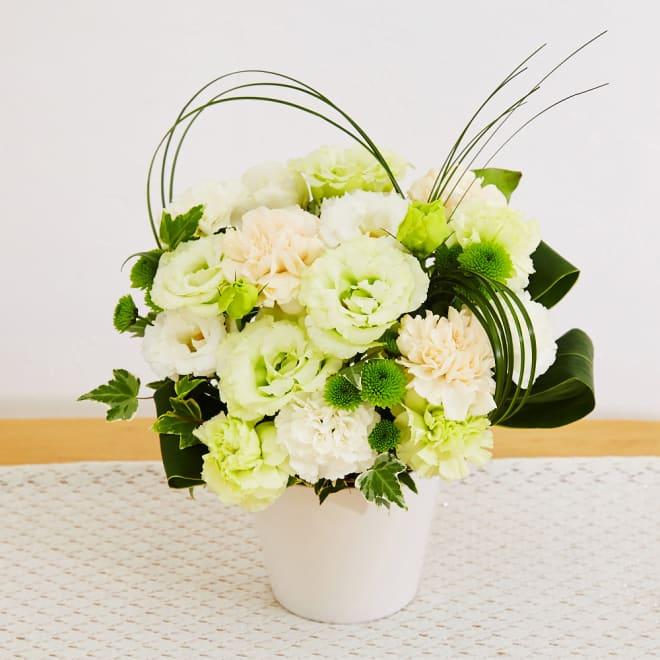 生花お供えアレンジメント「花ごころ」 清々しい色使いが心癒すさわやかな雰囲気のアレンジメント。