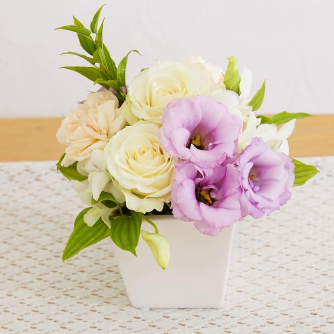 生花お供えアレンジメント「偲ぶ想い」 品な色使いで華やかに偲ぶ思いを伝えるアレンジメント