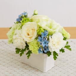 生花お供えアレンジメント「想いを込めて」 爽やかな色づかいで心清らかにするアレンジメント。