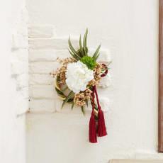 アーティフィシャル正月飾り「白牡丹とロープタッセルの壁飾り」