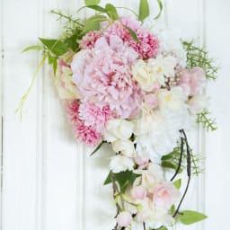 八重桜とピオニーのスワッグ 横から見てもアジサイなど花材がたくさん