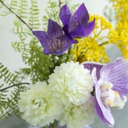 PRIMA(プリマ)供花 マジックウォーター入りコチョウラン パープル系 コチョウランの後ろにマムやキキョウなどしっかり花材が入っています