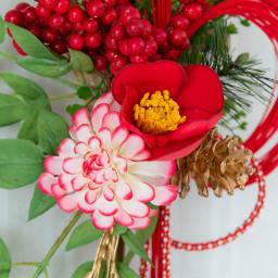 熊手の迎春飾り 紅白のダリアに赤い椿を合わせました
