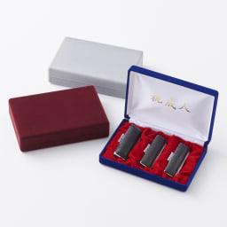 【ネームオーダー】お祝い印鑑 オランダ水牛3本セット(実印・銀行印・認印) 上から(ウ)グレー (ア)レッド (イ)ブルー  贈り物にふさわしい、ビロードのケースに入っています。ケース内側にはメッセージをプリント。(レッドの内側収納部の土台は赤色です。)