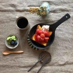 Eld ペア スキレットS&鍋敷き ペアセット 【スキレット(ブラック)、鍋敷き(グリーン)使用例】可愛くお皿として使ってもOK