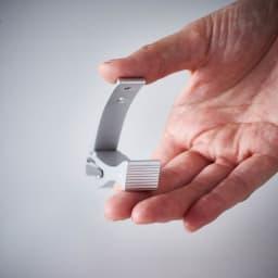 kopfシリーズ・ネイルクリッパーGriff 回転刃タイプ爪切り フレームの後端部に指をかけやすいように滑り止めを施しています。