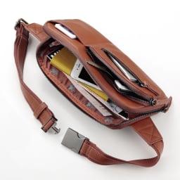 ホースレザースリムウエストバッグ (イ)ブラウン 外側と内側に配された多彩なポケットも便利