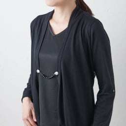 ファッションクリップ ショートタイプ 特許取得 着用例・(ア)ブラック(オニキス) 前が開いて着崩れしがちなロングカーディガン、ボタンの無いジャケット等を留めると素敵なアクセントに