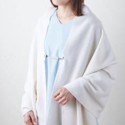 ファッションクリップ ショートタイプ 特許取得 着用例・(イ)ホワイト(コットンパール) 大判ロングストールに使えば、はだけるのを抑えながらお洒落なアクセントになります