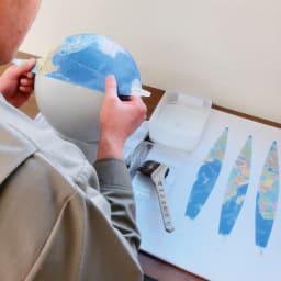 SHOWAGLOBES アンティーク地球儀 26cm 【伝統の手貼り仕上げ3】地図の貼り合わせ。 18枚に切り分けられた地図を下地の白球にシワを作らず1ミリの誤差も出さずに丁寧に貼り合わせます。