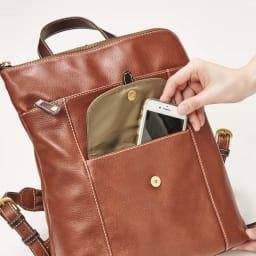 BOX21アンナ L字ファスナーリュック 外ポケットは、マグネット式。