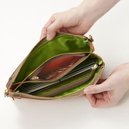 FRAME WORK お財布ポシェット (ア)レンガ ※前側はフリーポケット。真ん中はファスナー開閉の小銭入れ。小銭入れの後ろにはフリーポケットがあり、中にはカードが6枚収納できるカード段付き。