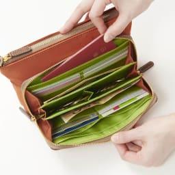 FRAME WORK ショルダーバッグ 一気開いてパッと見やすいウォレット機能!前後で、外貨・日本円とわけて使う事もできるので、海外用にもおすすめです。パスポートも収納できるます。