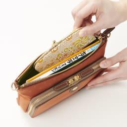 FRAME WORK ショルダーバッグ 程よいマチがあり、コンパクトながらも、スマートフォンやお財布、小さめのガイドブックなどしっかり入れていただけます。