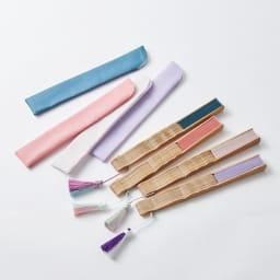 透かし彫りが美しい扇子【クジャク】(扇子袋付き) 折り畳み状態 左から(エ)ピーコックグリーン、(ア)ピンク、(ウ)アッシュローズ、(イ)ラベンダー