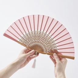 透かし彫りが美しい扇子【クジャク】(扇子袋付き) (ア)ピンク 透け感のある生地で、涼やかな印象