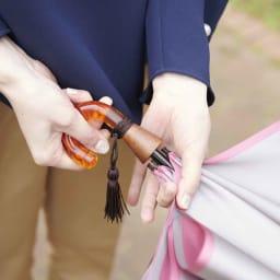 [レディース]小宮商店 甲州織の晴雨兼用折畳み傘 取っ手部分にカチッと止めれば、