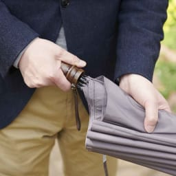 [メンズ]小宮商店ミラトーレ折畳み傘(名入れ有) 取っ手部分にカチッと止めれば、