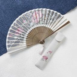 [レディース]白竹堂 京扇子(優香) 木箱入り (ウ)牡丹(ボタン) 繊細な和紙の切り絵とシルクを組み合わせて作られた扇子は、透け感が上品で、見た目にも涼しげな印象
