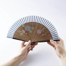[レディース]白竹堂 ペンテミニ扇子 木箱入り (ア)紫陽花(あじさい)<br />やや透け感のある扇面。手のひらサイズコンパクトさ。組紐チャームもアクセントになってます。