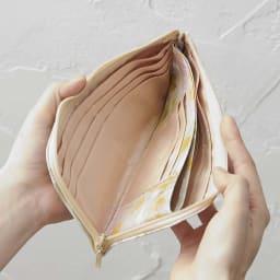 LiBERTE/リベルテ 牛革バラ型押し L字長財布 両側に、オープンポケット1つ、カード入れ6つあります。