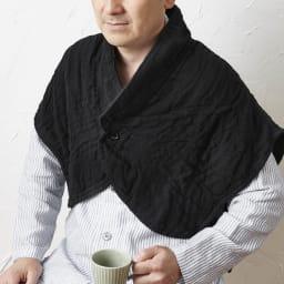 UCHINO/内野 マシュマロワッフルガーゼのおやすみ肩当て 男女兼用 (ウ)ブラック 男性着用例(モデル身長:171cm) 男女兼用で使っていただけます。
