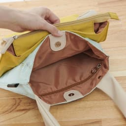 異素材コンビトートバッグ 収納袋付き (前側)内部:ファスナーポケット×1、天部留め具:マグネット式開閉 (ア)グレー・(イ)エメラルドグリーン中面 カラー共通