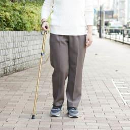 カインドケア/軽量折り畳み式伸縮ステッキ(日本製)  (ウ)ゴールド 女性使用イメージ