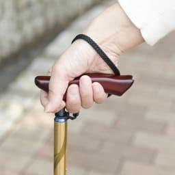 カインドケア/軽量折り畳み式伸縮ステッキ(日本製)  スリムネックグリップで、女性でも握りやすく疲れにくいデザインです。
