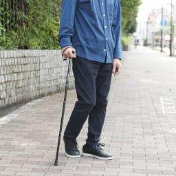 カインドケア/軽量折り畳み式伸縮ステッキ(日本製)  (ア)ブラック 男性使用イメージ