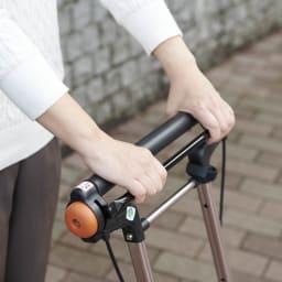 カインドケア/畳み式軽快KウォーカーⅡWリバティプリント 【いちご泥棒】 。簡単に手元ハンドルで操作できるブレーキ