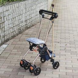 カインドケア/畳み式軽快KウォーカーⅡWリバティプリント 【いちご泥棒】 お手持ちのステッキや傘も立掛けできます。