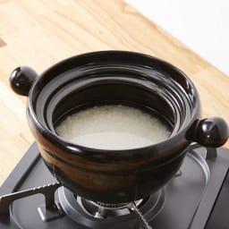 弥生陶園/萬古焼ごはん炊き土鍋 (4合炊き) 【ごはんの炊き方(1)】お米をといで、水を入れ15~20分程度浸水します。浸水したお米と、水線に合わせて水を入れます。