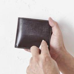 ブライドル レザー 二つ折り財布 ※ブライドルレザーの特性上、ワックス(蜜蝋)が白く浮き出ています。白い粉が気になる場合は、柔らかい布かレザーケア用のワックス、ブラシ等で落としてご利用されることをおすすめします。