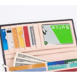 ブライドルレザー長財布(名入れ刻印・名入れオーダー) フラップ部分には6枚のカードポケットに加えて、ICカードやIDカードを入れるのに便利なクリアカードポケットを配置